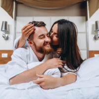 imagem-mostrando-casal-feliz-descansando-no-quarto-de-hotel_1153-3764 (1)